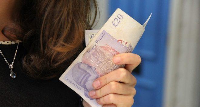 Le donne risparmiano meglio, ma gli uomini hanno il potere economico
